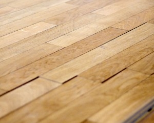 C mo dar brillo a los pisos de madera globalimp - Como limpiar piso de parquet manchado ...